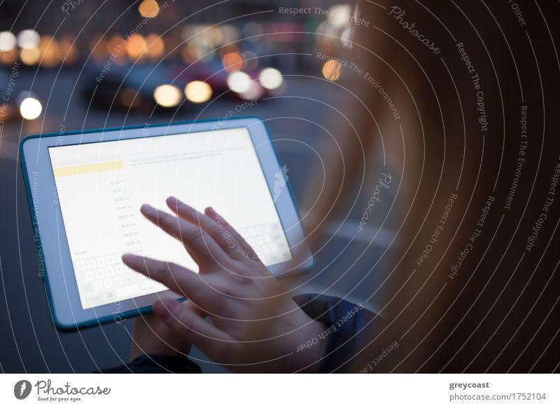 Frau berührt Tablet-Bildschirm zu Fuß auf der Straße in der Nacht Computer Technik & Technologie Mensch Mädchen Junge Frau Jugendliche 1 18-30 Jahre Erwachsene