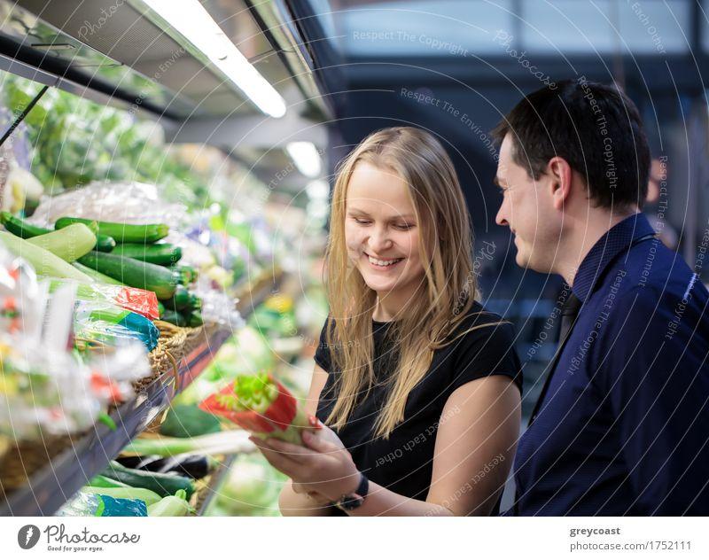 Mann und Frau shopping für Gemüse kaufen Glück Mensch Erwachsene Familie & Verwandtschaft Freundschaft Paar 2 Lächeln Sellerie kariert Kunde Supermarkt Lager