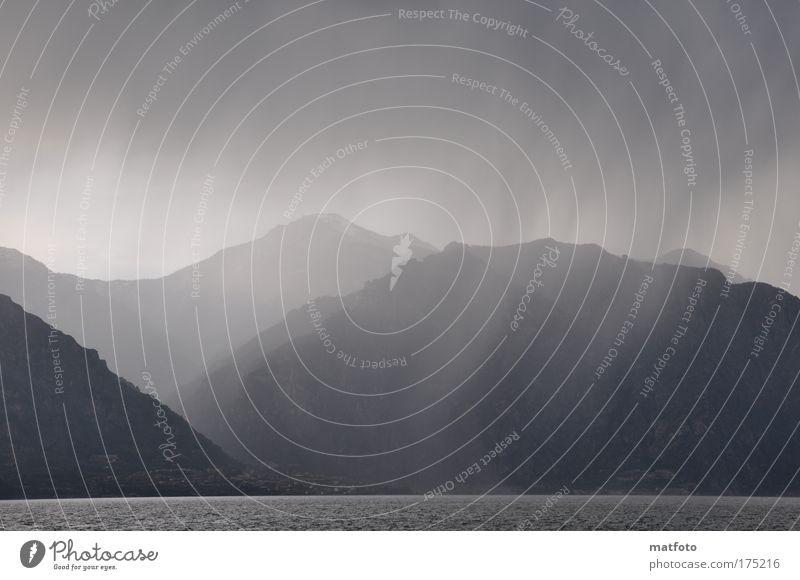 Gewitter Wasser blau Einsamkeit dunkel See Regen Landschaft Wetter Italien Gewitter Seeufer Unwetter Gewitterwolken Endzeitstimmung Gardasee
