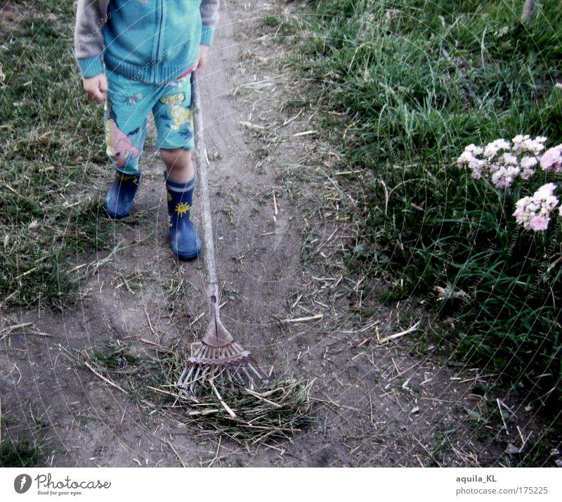 - - - - - - - Mensch Kind Junge Arbeit & Erwerbstätigkeit Gras dreckig gehen Hose Kindheit Arbeiter Stroh Haken Gummistiefel aufräumen Beruf Arbeitsbekleidung