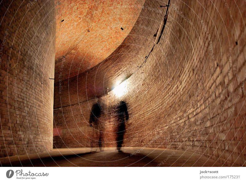 RESERVOIR II Mensch dunkel kalt Wand Architektur Bewegung Mauer Berlin Zeit Linie gehen braun Freundschaft Zusammensein stehen groß