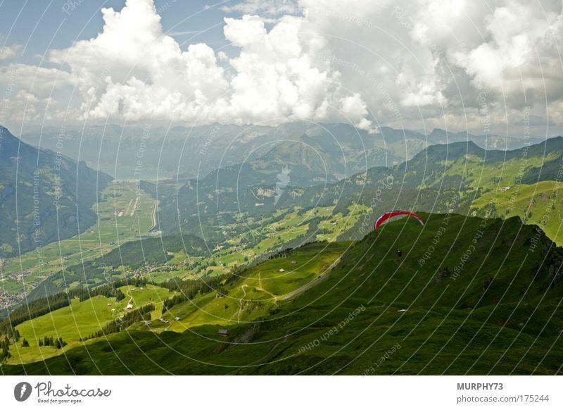 Absprung mit dem Gleitschirm im Berner Oberland Farbfoto Außenaufnahme Tag Starke Tiefenschärfe Vogelperspektive Weitwinkel Ferien & Urlaub & Reisen Tourismus