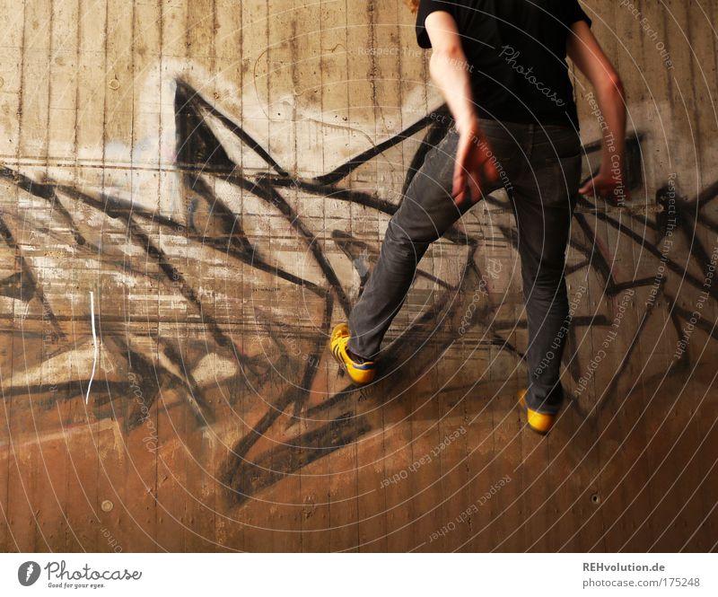 Bei Licht in der Gruft, da liegt was in der Luft. Mensch Jugendliche Freude Erwachsene Wand Graffiti Bewegung springen Mauer Stil Kunst Kraft maskulin Energie