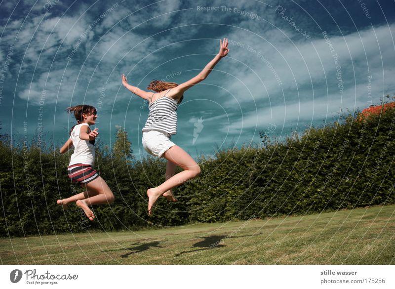 Sommerfreuden Mensch Kind Himmel Jugendliche Sonne Sommer Mädchen Freude Wolken Frau Leben Wiese feminin Spielen Freiheit Bewegung