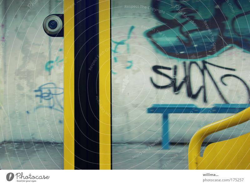 'aussteiger' jetzt drücken... Graffiti dreckig Station Langeweile Sucht Straßenbahn Verkehrsmittel Bahnsteig Bahnfahren resignieren