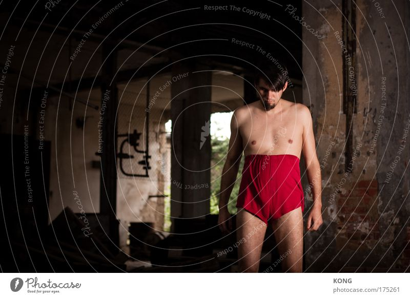 the red shorts of confidence Farbfoto Textfreiraum links Vorderansicht Blick nach unten elegant maskulin Junger Mann Jugendliche 18-30 Jahre Erwachsene