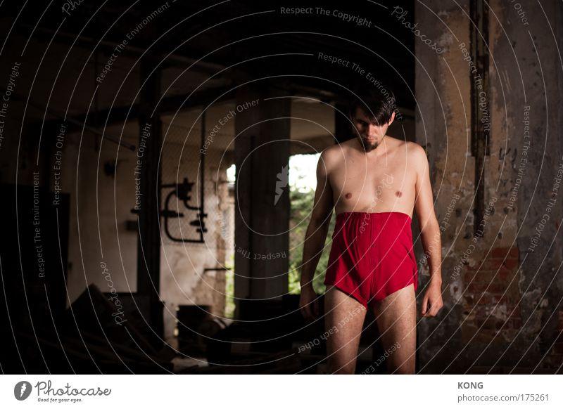the red shorts of confidence Jugendliche Einsamkeit Erwachsene Traurigkeit elegant maskulin 18-30 Jahre Junger Mann Theaterschauspiel skurril eng frieren Freak