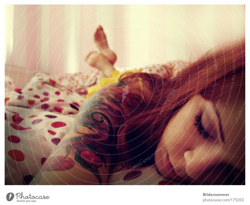 Lullaby Schlafzimmer Mensch feminin Junge Frau Jugendliche Erwachsene Kopf Haare & Frisuren Fuß 1 18-30 Jahre Tattoo rothaarig langhaarig genießen liegen