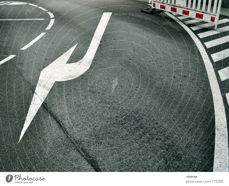 Return weiß Stadt rot Straße grau Wege & Pfade Linie Straßenverkehr Schilder & Markierungen Verkehr fahren Sauberkeit Streifen Pfeil Zeichen Dynamik