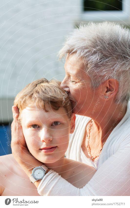 Herzmoment Frau Kind Liebe Junge Familie & Verwandtschaft Mutter Großmutter Küssen Generation Geborgenheit eng bezaubernd Nachkommen Enkel