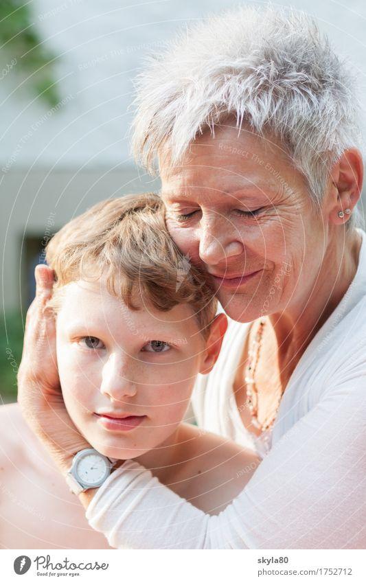 Geborgenheit Familienglück 3-8 Jahre 60 und älter Freundlichkeit festhalten gemeinsam Fröhlichkeit Kindheit Lebensfreude grauhaarig liebevoll Enkelkind
