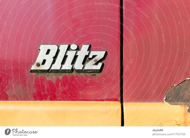 Zeitzeuge Buchstaben Blitz Schriftzeichen Lateinisches Alphabet Metall Metallwaren Typographie Grafik u. Illustration Medienbranche PKW Autofriedhof Rost alt