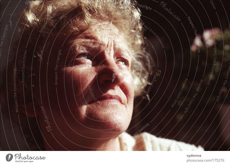 Zweifel? Mensch Frau schön Gesicht Erwachsene Leben Senior Gefühle Kopf Traurigkeit träumen Zeit Kraft Perspektive Zukunft Vergänglichkeit