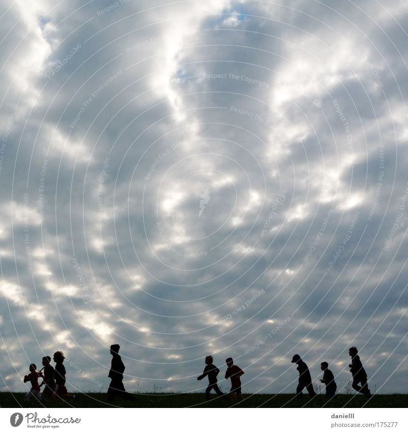 Montag Gedeckte Farben Außenaufnahme Textfreiraum oben Morgen Gegenlicht Froschperspektive Mensch Jugendliche Kindergruppe Wolken laufen silber Zusammensein