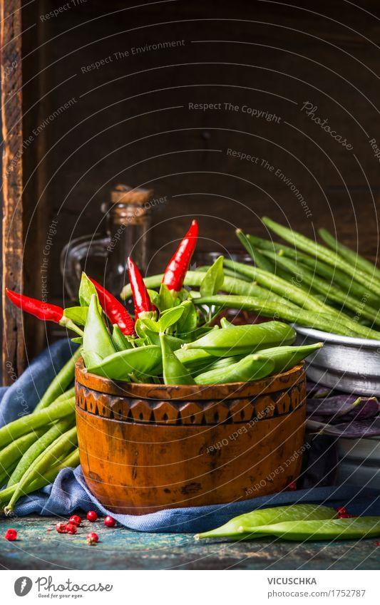 Holzschale mit grünen Erbsenschoten Gesunde Ernährung dunkel Foodfotografie Leben Stil Lebensmittel Design Häusliches Leben Tisch Küche Gemüse Bioprodukte