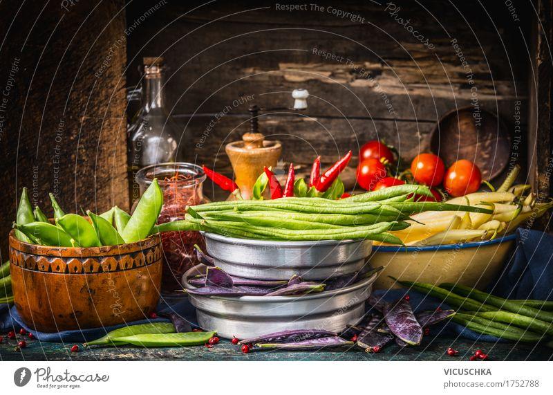Bunte Erbsen- und Bohnenschoten auf rustikalen Küchentisch Lebensmittel Gemüse Kräuter & Gewürze Öl Ernährung Bioprodukte Vegetarische Ernährung Diät Geschirr