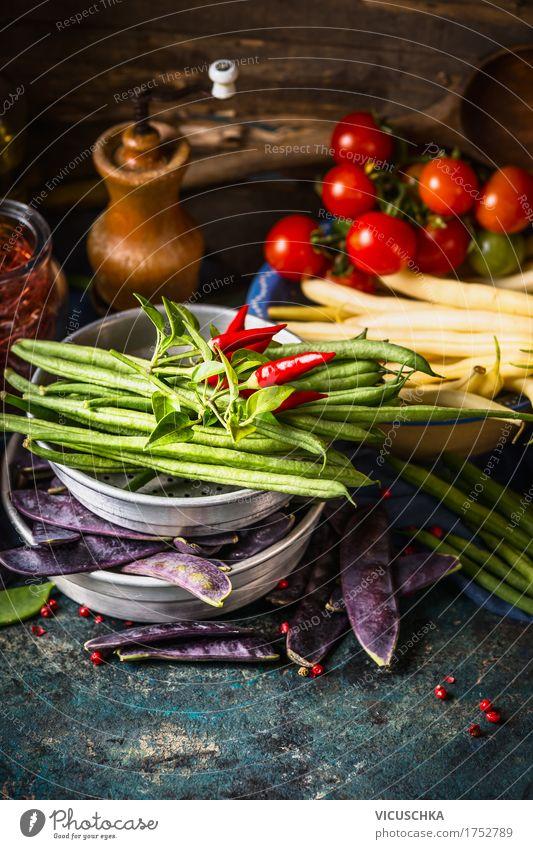 Verschiedene grüne und weiße Bohnen Schoten auf dem Küchentisch Lebensmittel Gemüse Kräuter & Gewürze Öl Ernährung Bioprodukte Vegetarische Ernährung Diät