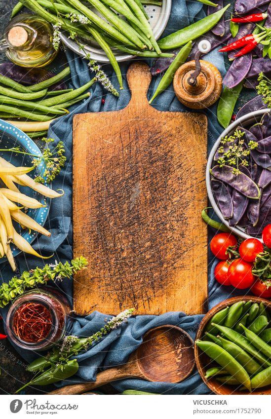 Verschiedene bunte Erbsen und Bohnen Schoten mit Kochzutaten Lebensmittel Gemüse Kräuter & Gewürze Ernährung Bioprodukte Vegetarische Ernährung Diät Geschirr