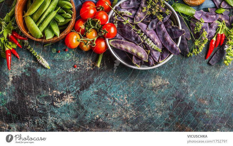 Grüne und lila Erbsenschoten in Schüsseln mit Zutaten Natur Gesunde Ernährung dunkel Foodfotografie Leben Essen Hintergrundbild Gesundheit Stil Lebensmittel
