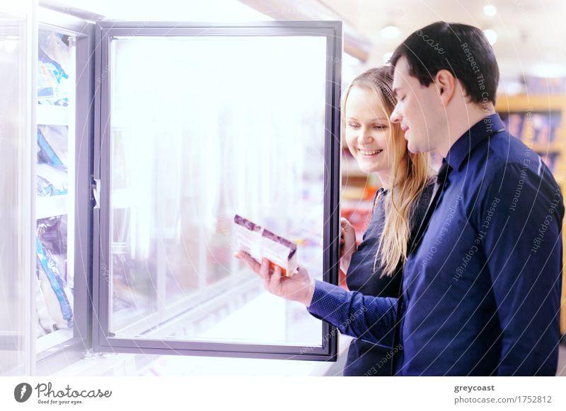 Paar in der Tiefkühlabteilung kaufen Glück Mensch Frau Erwachsene Mann Familie & Verwandtschaft Freundschaft 2 Lächeln gefroren kariert Supermarkt Lager Kunde