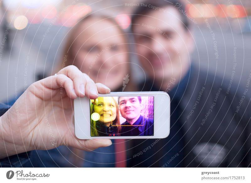 Glückliches Paar lächelnd unter Selbstporträt auf der Straße Freude Gesicht Telefon PDA Mensch Junge Frau Jugendliche Junger Mann Freundschaft 2 18-30 Jahre