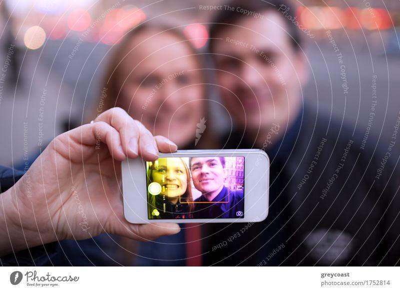 Glückliches Paar, das Selbstporträt nimmt Freude Gesicht Telefon PDA Mensch Junge Frau Jugendliche Junger Mann Freundschaft 2 18-30 Jahre Erwachsene Stadt
