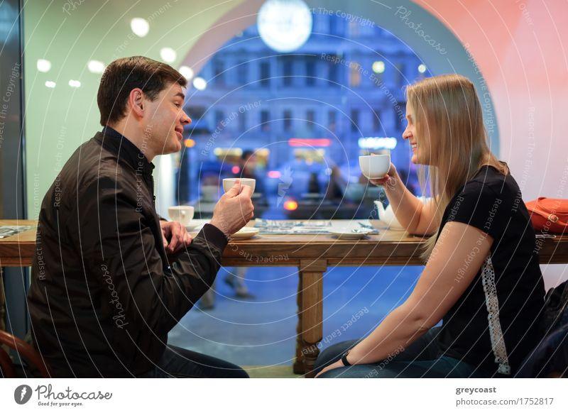 Mensch Jugendliche Stadt Junge Frau Junger Mann Erholung 18-30 Jahre Erwachsene sprechen Paar Freundschaft blond Freundlichkeit Getränk Kaffee Restaurant