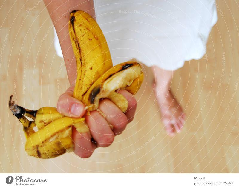 Kampfansage an alle Männer Mensch Hand lustig feminin Lebensmittel Frucht Ernährung gefährlich Wut Gewalt Aggression muskulös Ekel Saft Hass Banane