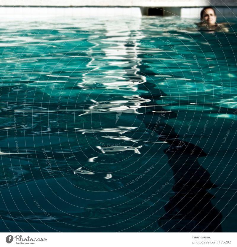Mensch blau Sommer Freude ruhig Erwachsene Erholung Kopf Schwimmen & Baden Schwimmbad genießen Gelassenheit Geborgenheit Wassersport friedlich