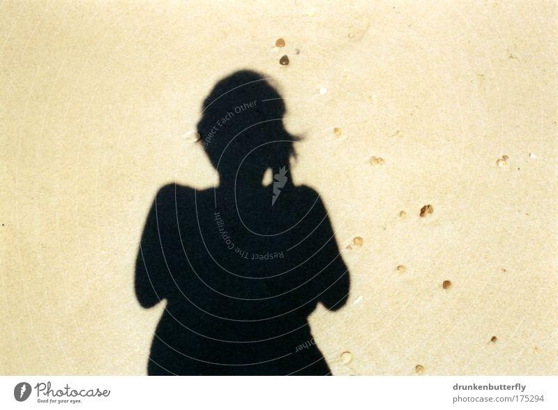 Am Strand von Contis Plage Farbfoto Außenaufnahme Tag Kontrast Mensch Frau Erwachsene Sand Wasser Sonne Meer Stein gelb schwarz Ferien & Urlaub & Reisen