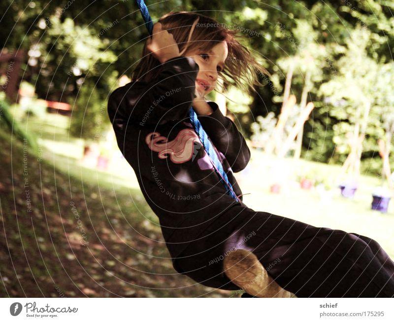 Kinderleicht Farbfoto Außenaufnahme Tag Licht Schatten Porträt Ganzkörperaufnahme Freude Leben Freizeit & Hobby Kinderspiel Sommer Garten schaukeln Mädchen