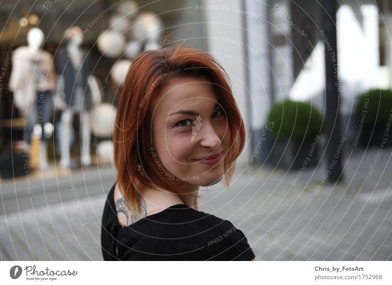chris_by_fotoart Junge Frau Jugendliche Erwachsene 1 Mensch 18-30 Jahre Landkreis Esslingen Stadt Stadtzentrum T-Shirt Tattoo rothaarig langhaarig Lächeln