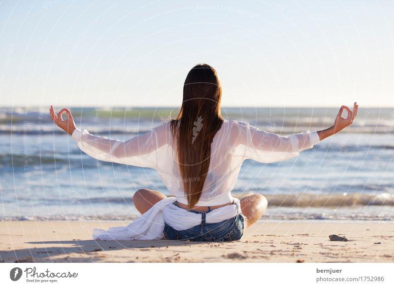 Yoga Frau Natur Sommer schön Wasser Meer Erholung ruhig Strand Erwachsene Hintergrundbild Sport Lifestyle Sand sitzen Fitness