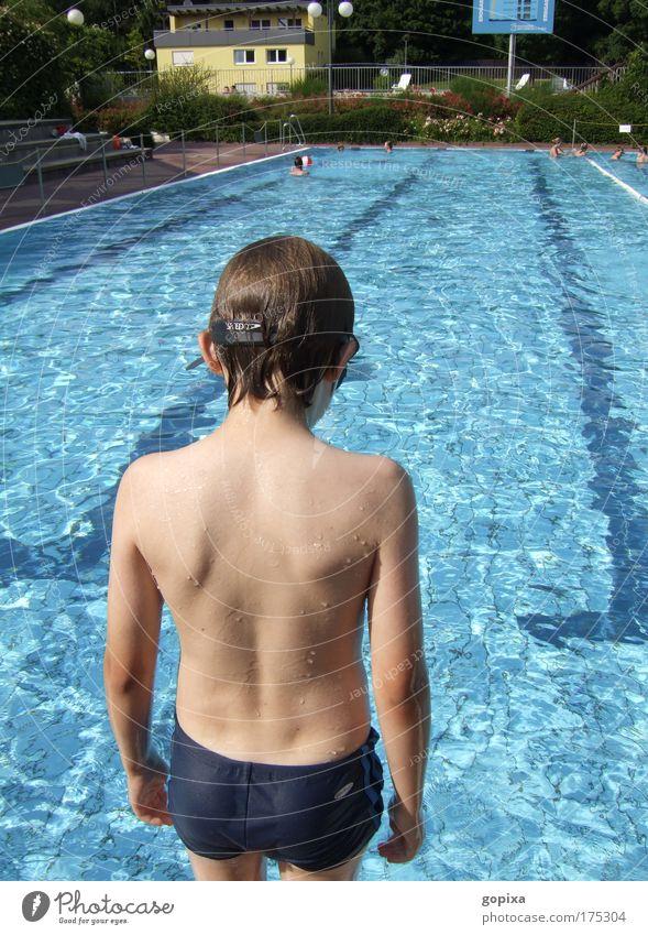Vor dem Sprung Mensch Kind Wasser blau Sommer Ferien & Urlaub & Reisen Junge warten Wassertropfen nass Schwimmbad Kindheit Konzentration Mut Schönes Wetter Badehose