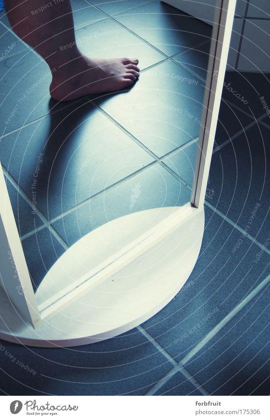 """""""Der Fremde"""" Farbfoto Innenaufnahme Tag Schatten Kontrast Reflexion & Spiegelung Pediküre Bad Mensch maskulin Mann Erwachsene Beine Fuß 1 beobachten Coolness"""