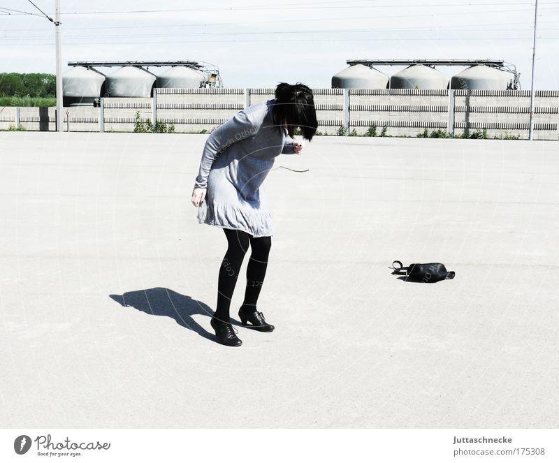 Die Tänzerin Frau Freiheit grau Mauer hell Beton frei Platz stehen Kleid Wut Strumpfhose Tasche trotzig Minikleid Handtasche