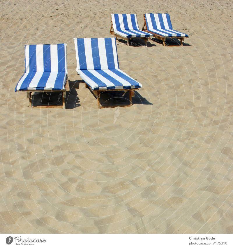 Partnerliegen weiß Sonne blau Strand Ferien & Urlaub & Reisen gelb Erholung Holz Sand frei paarweise liegen Streifen Stoff Liege Fußspur
