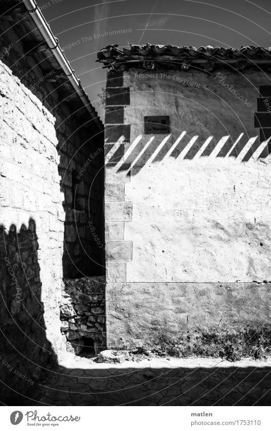 Dachschatten Dorf Stadtzentrum Menschenleer Haus Gebäude Mauer Wand Fassade Dachrinne eckig heiß hell Sparren Schwarzweißfoto Außenaufnahme abstrakt Muster