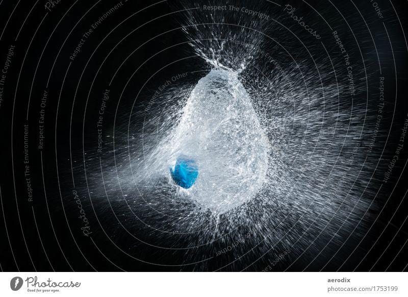 Highspeed Aufnahme eines explodierenden Wasserballons blau weiß Freude schwarz kalt Hintergrundbild Kunst außergewöhnlich Design Kraft Energie Geschwindigkeit