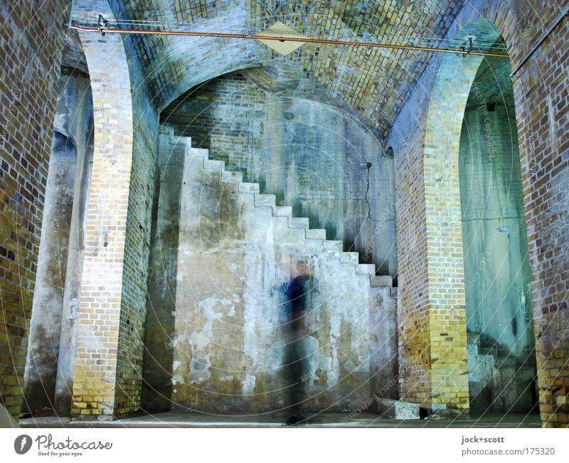 Großer Speicher Bauwerk Architektur Wand Treppe Raum Backstein Bewegung drehen alt historisch kalt Stimmung Schutz Inspiration Gewölbe Reaktionen u. Effekte