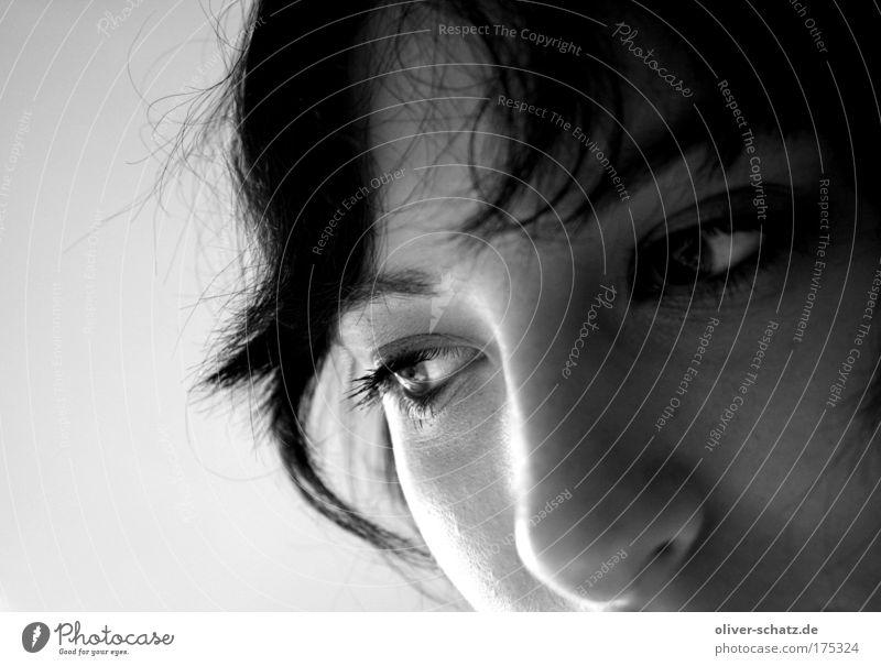 Blick ins leere Schwarzweißfoto Wegsehen Mensch feminin Junge Frau Jugendliche Kopf Auge 1 Traurigkeit Sorge Trauer Liebeskummer Sehnsucht Einsamkeit Angst