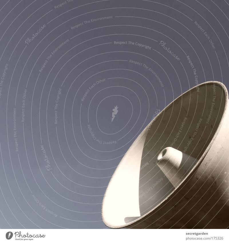 KOMMUNIKATION IN VOLLER LAUTSTÄRKE. blau Metall Medien Coolness rund Kommunizieren hören Konzert schreien Veranstaltung Lautsprecher Radio Sportveranstaltung Wolkenloser Himmel Ton Stadion