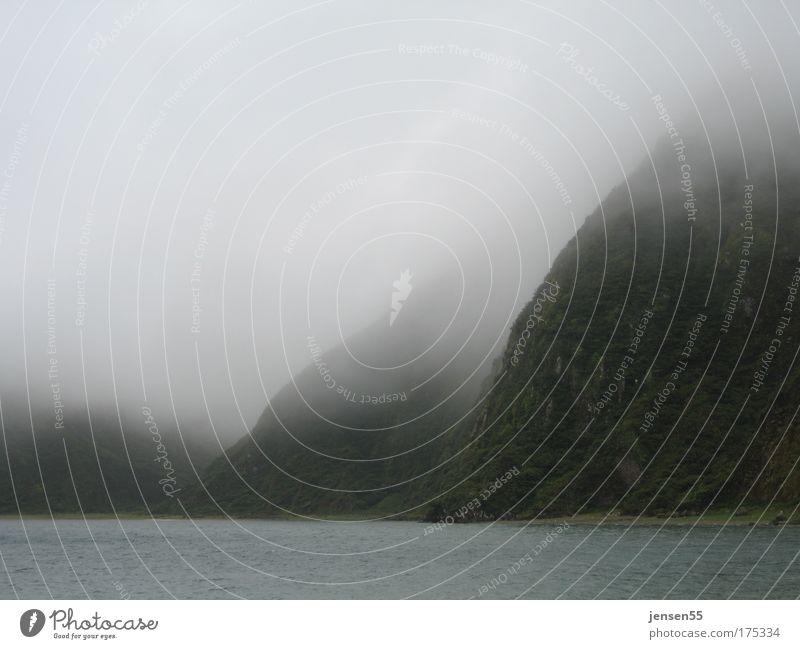 Urwelt Farbfoto Außenaufnahme Tag Landschaft Wolken schlechtes Wetter Wind Nebel Berge u. Gebirge Seeufer bedrohlich kalt nass natürlich Sehnsucht