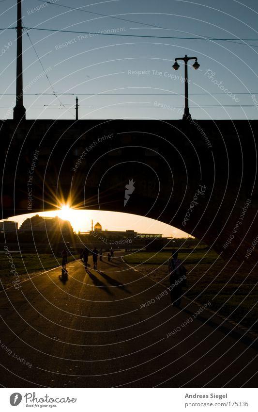 Abendspaziergang Farbfoto Außenaufnahme Textfreiraum unten Tag Dämmerung Licht Schatten Sonnenlicht Sonnenstrahlen Gegenlicht Lifestyle Freizeit & Hobby