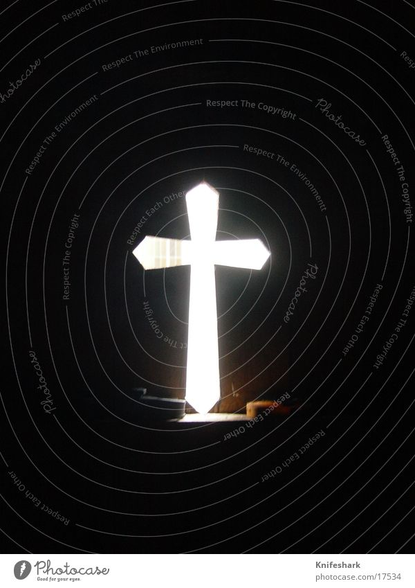 Die Erleuchtung Dinge Kreuzförmiges Loch in Holzwand Beleuchtung von hinten Lichterscheinung