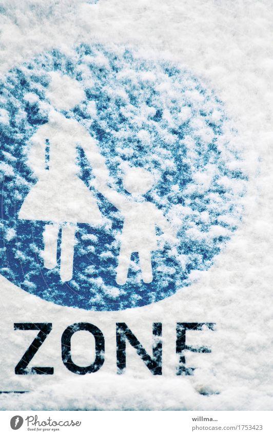 schneetreibenzone Winter Schnee Verkehr Fußgänger Verkehrszeichen Verkehrsschild Bürgersteig Fußweg blau weiß Zone Fußgängerzone Mutter mit Kind Farbfoto