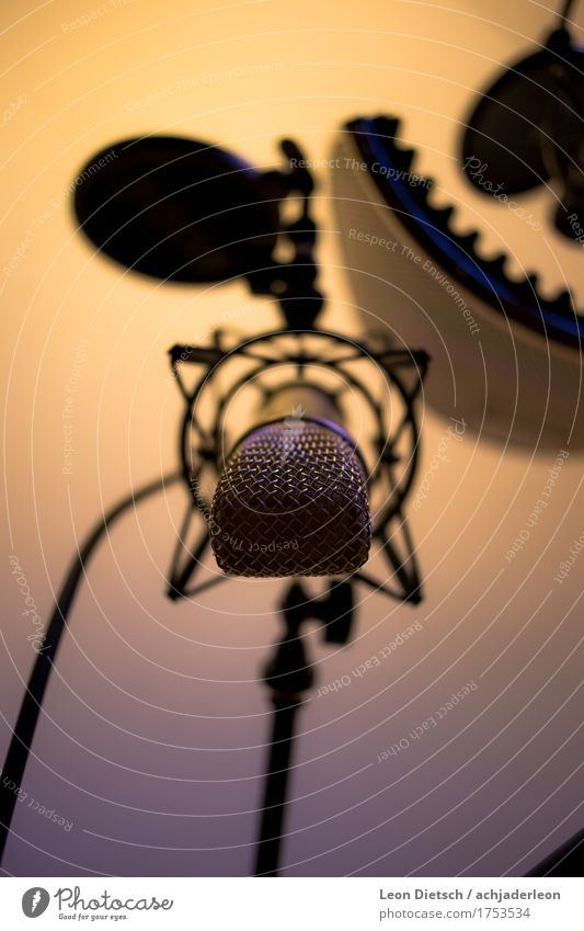 Großmembran Mikrofon, hängend blau kalt Wärme gelb grau glänzend Musik gold Radio Sprache Sänger Gesang Tonstudio