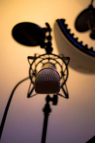 Großmembran Mikrofon, hängend Musik Sänger Radio glänzend kalt Wärme blau gelb gold grau Recording Tonstudio Sprache Gesang Farbfoto Innenaufnahme