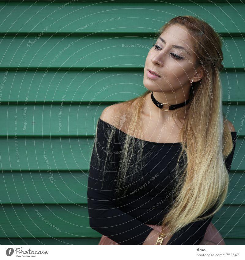 . Mensch schön Wand feminin Holz Mauer Denken Haare & Frisuren Linie blond sitzen warten beobachten Neugier T-Shirt Überraschung