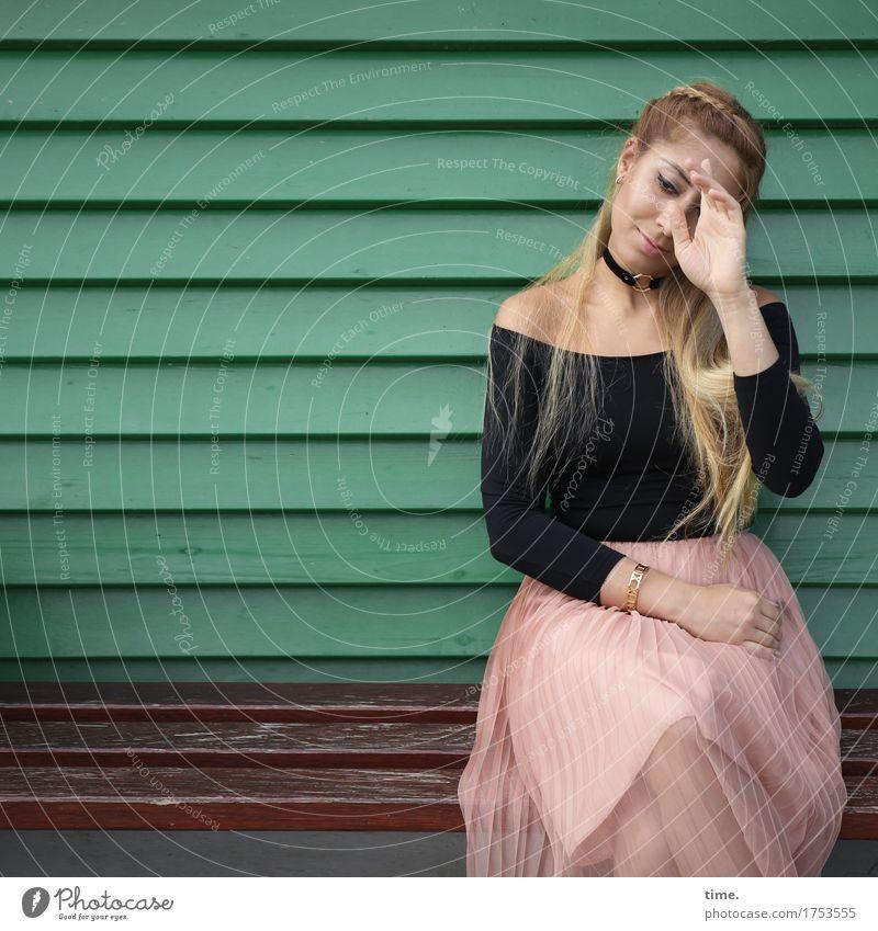 . feminin 1 Mensch Mauer Wand Rock Pullover Schmuck Haare & Frisuren blond langhaarig Holz beobachten Erholung Lächeln Blick sitzen warten schön Zufriedenheit